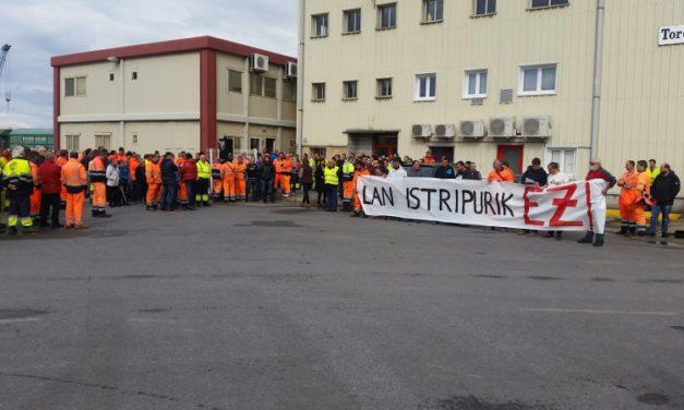 Concentración de trabajadores del Puerto de Bilbao tras el fallecimiento del compañero que ayer sufrió un accidente laboral grave